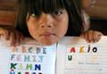 Guarani-Kind schreibt in sein Schulheft